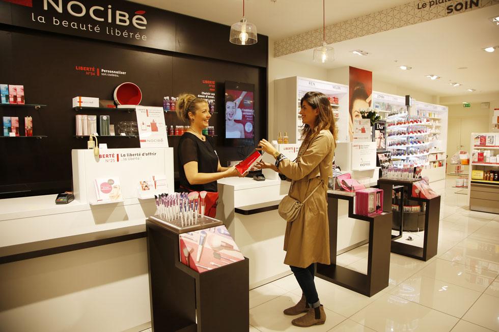 Cliente achetant un article en magasin Nocibé
